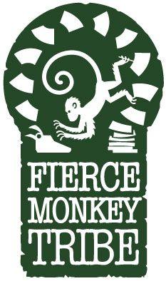 Fierce logo Singe Tribe.  forme de trou de serrure vert foncé avec des bords en détresse.  Nom blanc avec l'image du singe dactylographie.