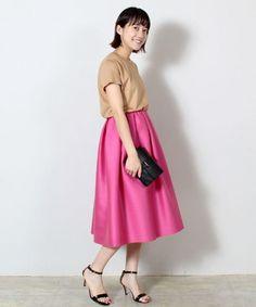先日のPRESS内覧会でもスタイリストさんにも大人気! 注目度№1のスカートが、いよいよ店頭に並びました。 シルクウールの鮮やかな発色は、2017年春夏のテーマ<DREAM IN COLOR>の通り、夢見るような気分にさせてくれるスカートです。私は2017年春夏の大注目カラーであるピンクを選んでみました。一足先にトレンドカラーを取り入れて、オフィスの視線を独り占めしませんか。
