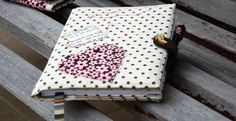 Você pode fazer uma capa de caderno em tecido, para deixar os momentos de anotações muito mais charmosos e bonitos.