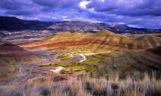 Les strates multicolores des collines de Painted  Hills, une des 3 régions du parc John Day Fossil Beds National Monument dans les comtés de Wheeler et Grant en Oregon aux États-Unis.  Les couches colorées de ses collines correspondent à plusieurs  époques géologiques, formées lorsque la région était traversée par une rivière qui l'inondait.  Le noir = lignite (charbon) La coloration grise = mudstone, du siltstone, et du schiste, et le rouge = latérite (fer et aluminium)