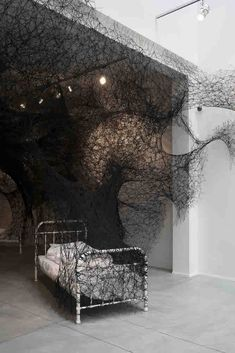 Chiharu Shiota, Sleeping is like Death, Galerie Daniel Templon, Brussel, photo by Isabelle Arthuis