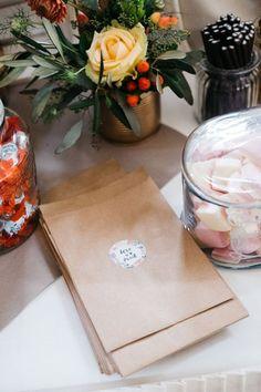Tüten mit personalisierten Aufkleber für die Candybar bei der Hochzeit. Foto: Sandra Hützen