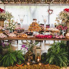 Tão linda as escolhas dos noivos de hoje! Amei essa mesa de doces romântica e tropical. O naked cake e as velas também deram todo um charme! ❤️ Tem mais fotos da @elainefukuyama no berriesandlove.com. - So beautiful the bride and groom's choices in this wedding. See more on the blog! #mesadedoces #casamentodedia #destinationwedding #berriesandlove #noblogBL #dreamteamberriesandlove