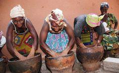 """Reservado a las mujeres, el procesamiento tradicional de las nueces de Karité, es largo y duro. Una relación que justifica el nombre que a veces se le da: """"oro de las mujeres"""". """"Oro"""" que ellas extraen con mucho trabajo y esfuerzo De la actividad generada por este cultivo informal, se calcula que tres millones de mujeres, sólo en Burkina Faso y Malí, obtendrían el 80 % de sus ingresos. #comerciojusto #arganike #desnudamostupiel #vidaquedavida #sororidad"""