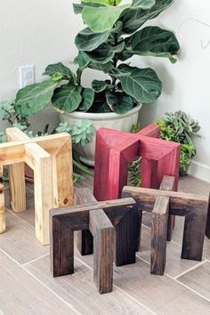 If you're looking for a simple way to organize and display all of your plants, then you need to check out these awesome indoor / outdoor DIY plant stand ideas for inspiration! #plantstand #gardenideas #indoorplants #diy House Plants Decor, Plant Decor, Outdoor Pots, Indoor Outdoor, Outdoor Ideas, Indoor Plant Pots, Plant Shelves Outdoor, Wooden Plant Stands Indoor, Wood Plant Stand