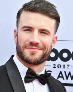 Sam has hit the magenta carpet and he's wearing a bow tie and looking amazing .... His carpet interview was incredibly sweet and just makes me love him even more  #samhuntmusic #sam_hunt_club #bodylikeabackroad #samhunt #bbmas