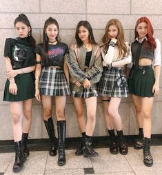 itzyofficialfc ✨There's ITZY at Inkigayo too✨ Our first week of debut promotion which seems like a dream to us has ended well👏👏Thank you to all of our fans who cheered and watched ITZY took our first step! Please love ITZY a lot in the future too👀🐹💘 Stage Outfits, Kpop Outfits, Girl Outfits, Cute Outfits, Fashion Outfits, Vixx, Kpop Girl Groups, Kpop Girls, Shinee