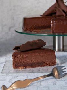 Serrano chocolate cake by parliaros! Greek Sweets, Greek Desserts, Party Desserts, Cookie Desserts, Chocolate Fudge Frosting, Chocolate Desserts, Chocolate Cake, Sweets Recipes, Cake Recipes