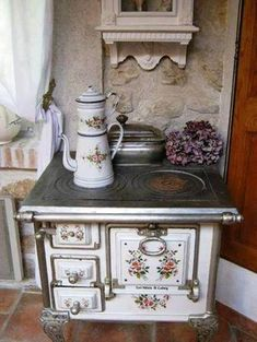 shabby chic kitchen posts - Magical Home Inspirations Cuisinières Vintage, Shabby Chic Vintage, Style Shabby Chic, Shabby Chic Decor, Vintage Decor, Vintage Furniture, Rustic Chic, Vintage Beauty, Old Kitchen