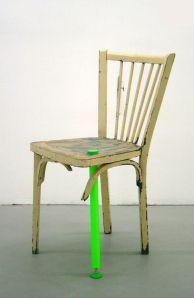 Réanim. Chaise pansée par les « médecins-artistes » du collectif 5.5 Designers  Soigner littéralement de vieux meubles en les équipant de prothèses en Plexiglas. Kits de greffe et de suture, béquille, prothèse d'assise…