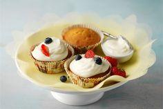 Kuorrutetut muffinit ✦ Rahkakuorrutteiset muffinssit sopivat tarjottavaksi arkena ja juhlassa. http://www.valio.fi/reseptit/kuorrutetut-muffinit/