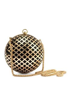 Round clutch bag: Round clutch bag in hole-patterned metal and imitation leather with a metal chain shoulder strap and fastener at the top and one large inner compartment. Lined. Diameter 14 cm.