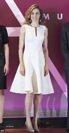 Doña Letizia escogió para la ocasión un vestido blanco con escote 'V' sin mangas y falda de vuelo, de Carolina Herrera, que combinó con unos salones de 'animal print', de Magrit, y una cartera de mano en nude, de Malababa. Completó su estilismo con unos pendientes en forma de flor, de Carolina Herrera.