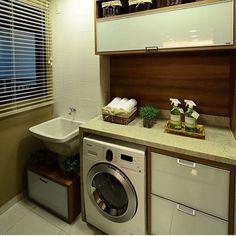 Lavanderia dos sonhos! Detalhe nas cestinhas lá em cima, um charme né?! Adorei as divisões das gavetas, são poucas, mas tudo que uma lavanderia precisa. Assim como painel de TV com muitas gavetas, vai passando o tempo ele vai virando um esconde bagunça.. Colocamos tudo lá. E assim funciona com a lavanderia também.. É importante colocar só o tanto necessário de gavetas, armários e divisões! Planejamento é tudo! #DonaDeCasa #Lavanderia #Inspiração #EuQuero