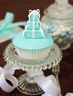 Tiffanys Boxes Cupcakes - My friend Tiffany is getting married this summer and herbridesmaids are wearing Tiffanys blue. I have got to find out where to get these cupcakes for her bachelorette party! Pretty Cupcakes, Beautiful Cupcakes, Yummy Cupcakes, Cupcake Cookies, Cupcake Art, Cupcake Toppers, Cupcakes Design, Fancy Cakes, Mini Cakes