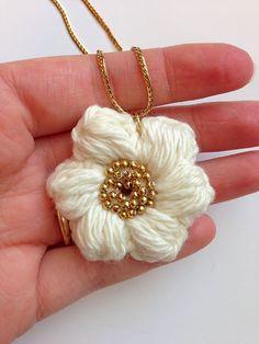 Handcrafted Vintage: Puff Stitch Flower Necklace Tutorial ✿⊱╮Teresa Restegui http://www.pinterest.com/teretegui/✿⊱╮