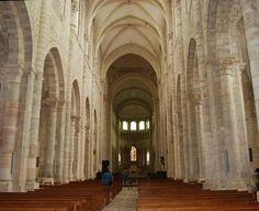 Abbaye de Saint-Benoît-sur-Loire (Loiret). Fin du XIe siècle, entre 1060 et 1108 : vue intérieure de la nef vers le choeur
