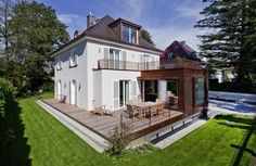 München-Harlaching |Durch zwei Anbauten im Erdgeschoss erfolgt eine räumliche Ergänzung von Wohnbereich, Eingang und Garage...