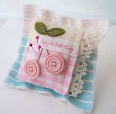 Pin Cushion.... so cute. I could do this with my fabric scraps. What a great gift idea! =)