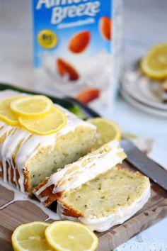 Ten tort cytrynowy z cukinią jest ostatecznym dowodem na to, że cytryna i cukinia należą do siebie! Pięknie wilgotne i niezaprzeczalnie smaczne, to łatwe ciasto jest zwieńczone glazurą z cytryny, która zapewni, że wrócisz po jeszcze jeden kawałek. Doskonały sposób na wykorzystanie tej cukinii z ogrodu! // Mom On Timeout