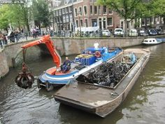Rescatadores de bicicletas (Ámsterdam) Holanda es el país con la mayor densidad de bicicletas de todo el mundo con 18 millones de bicicletas. Un 84% de los holandeses tienen una bicicleta o más. En Ámsterdam, centro mundial de la cultura de la bicicleta hay unos 700.000 ciclistas, más de 7 millones de bicicletas y 750.000 habitantes.