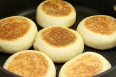 The Opies: Family Food: Thermomixing up some English Muffins / muffins ingleses en la Thermomix English Muffin Recipes, English Muffins, Thermomix Bread, Bellini Recipe, Wrap Recipes, Family Meals, Breakfast Recipes, Food And Drink, Cooking Recipes