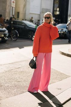 Paris Fashion Week is in full swing. See the best Paris Fashion Week street style from the shows circuit. All the Paris fashion week street style inspiration you need from the shows at PFW. Cool Street Fashion, Look Fashion, Autumn Fashion, Japan Fashion, Fashion Check, Spring Fashion, Street Style 2018, Street Style Trends, Street Styles