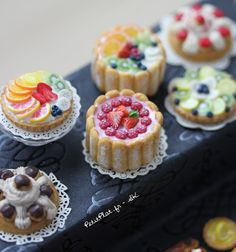 Her pieces are amazing! 'PetitPlat Handmade Miniature Food: Pâtisserie Haute En Couleur' is her book-and it's bilingual, woohoo! Barbie Food, Doll Food, Miniature Crafts, Miniature Food, Miniature Dollhouse, Crea Fimo, Mini Craft, Tiny Food, Cute Clay