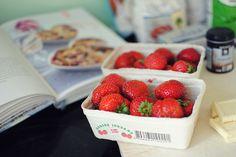Opskrift: Jordbærcrumble med kokos og hvid chokolade - Frk. Kræsen