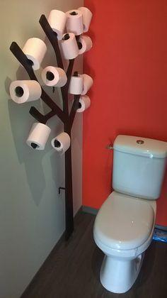 Comment faire un arbre à papier toilette ? - Une planche de contreplaqué 15 mm - Une scie sauteuse - Une feuille d'abrasif grain fin - Une pot de peinture spéciale bois - 4 équerres à assembler (avec vis et boulons)  Le fixer au mur et voilà, le tour est joué !  #weldom #ensemble