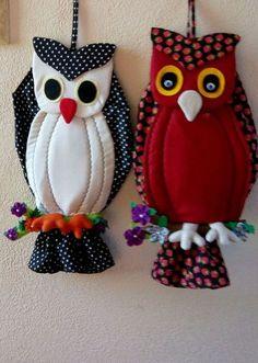 PUXA SACOS CORUJA TECIDO(UNID.)  CONFECCIONADO EM TRICOLINE 100% ALGODÃO , COM DETALHES EM FELTRO E ACABAMENTO DE QUALIDADE .  UMA ÓTIMA PEÇA PARA DECORAR SUA COZINHA E ORGANIZAR SEUS SAQUINHOS! Owl Fabric, Fabric Crafts, Sewing Crafts, Sewing Projects, Owl Patterns, Sewing Patterns, Crochet Patterns, Owl Crafts, Diy And Crafts