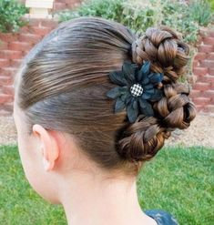 Box braids in braided bun Tied to the front of the head, the braids form a voluminous chignon perfect for an evening look. Box braids in side hair Placed on the shoulder… Continue Reading → Princess Hairstyles, Little Girl Hairstyles, Chignon Simple, Simple Braids, Hair Places, Ribbon Braids, Side Braid Hairstyles, Nice Hairstyles, Gorgeous Hairstyles