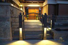 Hauseingangsbeleuchtung in schmiedeeiserner Pforte und Zaun