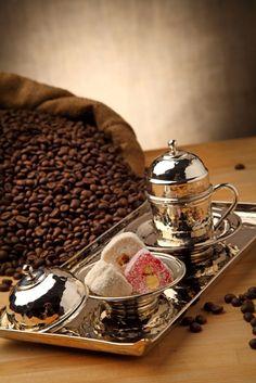 %100 El Yapımı Bakır Kahve Seti Tek Kişilik (Handmade Copper Coffee Set For 1 Person) Elde çekiçle dövülerek imal edildikten sonra keçe ve fırça ile parlatılmış ve kaplama yapılmıştır. Kurumsal hediyelik ihtiyaçlarınız için, özel karton hediye kutusu içinde, 1 adet bakır fincan 1 adet bakır lokumluk 1 adet bakır tepsi / www.rumiart.com