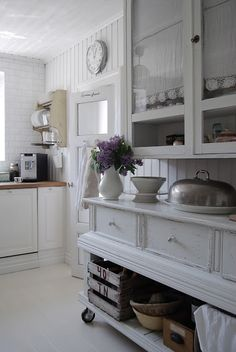 ♕ HVÍTUR LAKKRÍS ~ love her wheeled cabinet (perhaps use as a kitchen island and then move against the wall for more room) ♥♥♥