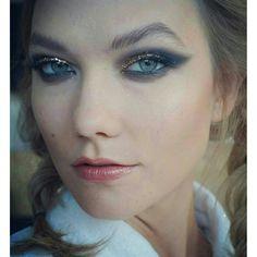 Inspiração de #make linda da Karlie Kloss!✨ Sobrancelhas naturais + esfumadão com glitter + lábios coradinhos.