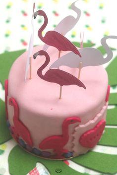 Pour l'anniversaire d'une jeune fille de 11 ans, j'ai réalisé ce gâteau flamant rose. Il contient un rainbow cake rose imbibé au sirop de rose et garni d'une crème au beurre légère à la framboise. #gateau #flamantrose #layercake #rainbowcake