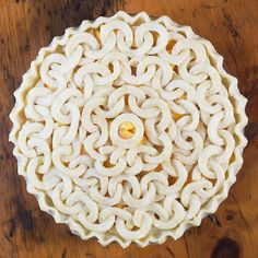 I started out this peach pie with the idea of creating a spiral of interconnecting circles. I wasn't sure what I thought about the finished effect but my husband, who is an avid road cyclist, loved it because it reminded him of the links of a bike chain. Okay, we'll go with that. Bicycle Chain Peach Pie it is! ‍♀️