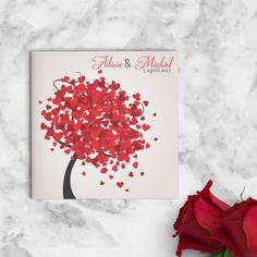 Vrolijke, romantische boom met allerlei rode hartjes als blaadjes. Trouwkaart Hartjes Boom is in moderne, romantische stijl vormgegeven.