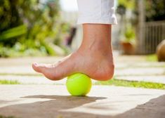 Foot Pain or Plantar Fasciitis Relief Using a Tennis Ball Healing Plantar Fasciitis, Plantar Fasciitis Exercises, Plantar Fasciitis Treatment, Heel Pain, Foot Pain, Tendon D'achille, Foot Exercises, Foot Massage, Massage Place