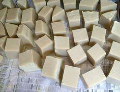 Corte o sabão em pedaços Life Hacks, Soap, Candy, Chocolate, Diy, Cactus, Ideas, Soap Recipes, Diy Cleaners
