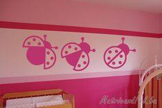 Katicák a gyerekszoba falán. Ötletes dekorációs megoldás több színben. Szeretitek a katicákat?