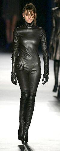 Black leather jumpsuit and gloves runway fashion Leather Gloves, Leather Pants, Black Leather, Leather Jumpsuit, Leather Bodysuit, Leder Outfits, Sexy Latex, Hot Brunette, Models