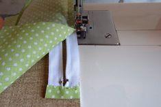 Nem megy a cipzár varrás? … Mutatom! | Varrott Világom Sewing Projects, Embroidery, Bag, Gingham Quilt, Coin Purses, Needlework, Bags, Taschen, Purse
