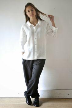 """Jeanne porte une tenue de Noel n°9: une chemise """"homme"""" en lin blanc, un pantalon peintre en lainage gris, chaussures : album di famiglia"""