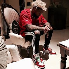 Here we have Odell Beckham Jr. a top wide receiver in the NFL and is a fashion face of the league. On and off the field Odell is recognized for his eye catching custom cleats, or in the club with his latest street wear. Teen Boy Fashion, Dope Fashion, Suit Fashion, Mens Fashion, Fashion Outfits, Fashion Face, Street Outfit, Street Wear, Odell Beckham Jr