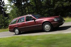 Die Mercedes-Benz W123-Topmodelle 280 TE und 300 TD Turbodiesel sind im Bestzustand so teuer wie eine gute Große Flosse. Der erste Serienkombi von Mercedes verabschiedet sich in die Klassiker-Lounge. Das ist die große Chance für den W 124. Viele Fans finden den jungen Typ heute schon viel cooler.