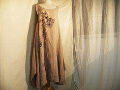 individuell von Hand mit Siebdruck gestaltetes, bequemes Zipfeltunikakleid   aus grobgewebtem beigem Leinen  unten seitlich geschlitzt, Seitennahtt...