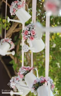 Shabby chic wedding decor inspiration: hanging watering cans filled with fresh pink flowers - pink and white wedding ideas Deco Champetre, Decoration Vitrine, Garden Bridal Showers, Garden Shower, Floral Arrangements, Diy And Crafts, Wedding Decorations, Decor Wedding, Chic Wedding