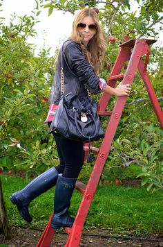 """Versión en español al final. Hello my """"Walk-ins"""" And here's my third look of this week. A comfy and relax outfit to spend a Sunda. Wellies Boots, Rain Boots, Hunter Boots Outfit, Fun Fall Activities, Black Skinny Pants, Relaxed Outfit, Rain Wear, Ray Ban Sunglasses, Michael Kors Bag"""